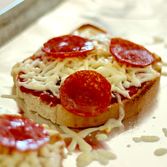 Easy Pizza Toast - SixSistersStuff