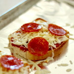 Easy Pizza Toast on SixSistersStuff
