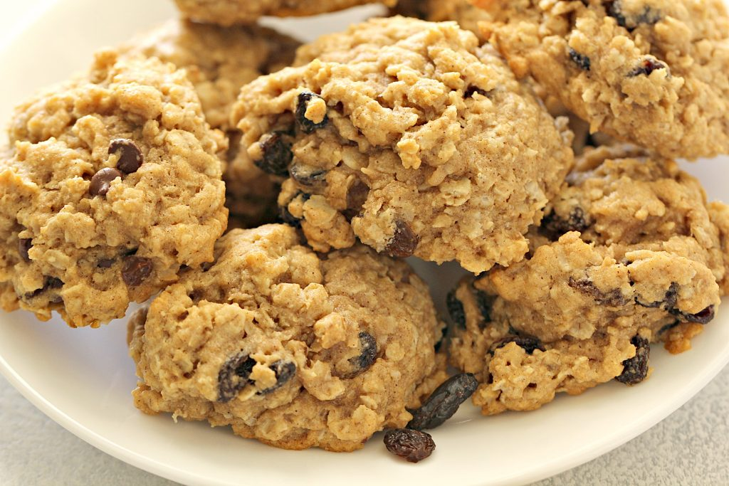 Honey Whole Wheat Oatmeal Raisin Cookies | Six Sisters' Stuff